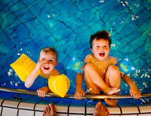 Lubickoló kisbabák, leendő úszópalánták?