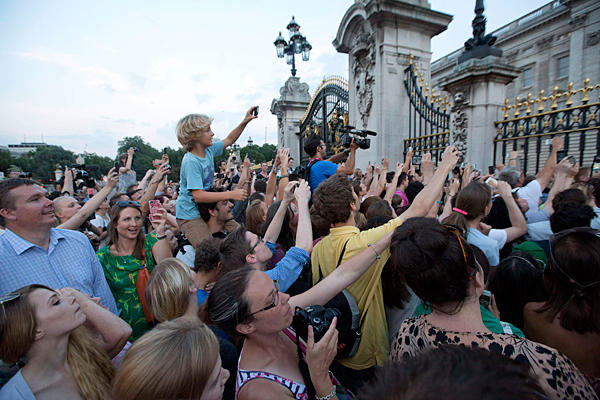 Királyi utód - Tízezrek ünnepelnek London utcáin