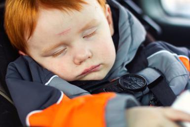 Veszélyes, ha télikabátban ültetjük autóba a gyereket