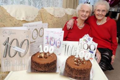 100 évesek, ikrek, és köszönik nagyon boldogok! Lélekmelengető képek!
