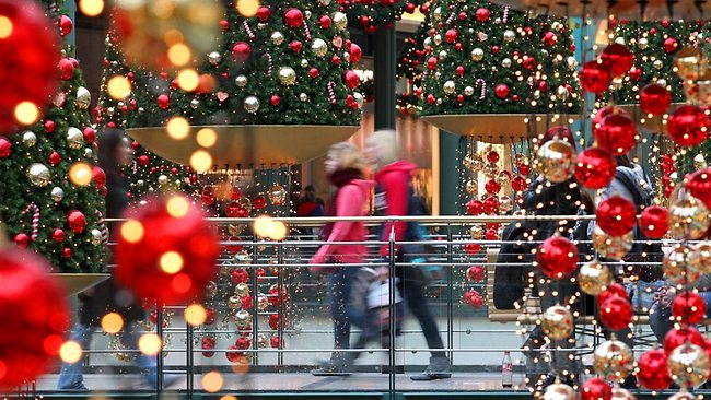 825883-christmas-shoppers