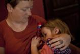 Több édesanya szoptat, ahol fizetik az otthon maradást
