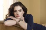 Anne Hathaway babát vár