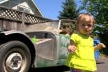 Az 1 éves picurka autót vett véletlenül a papa mobilján