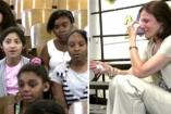 Énekkel próbálták megvigasztalni a szomorú tanárnőt! Megható videó!