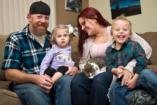 Háromlábú cica lett az amputált kezű kislány legjobb barátja