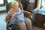 99 éves és szegény gyerekeknek varr ruhákat