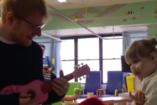 A kórházban látogatta meg legnagyobb rajongóját, a beteg kislányt Ed Sheeran