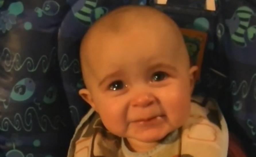 Anya énekel, a baba könnyezik