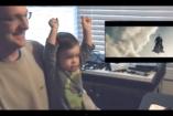 VIDEÓ: Superman repülését élvezi a csöppség