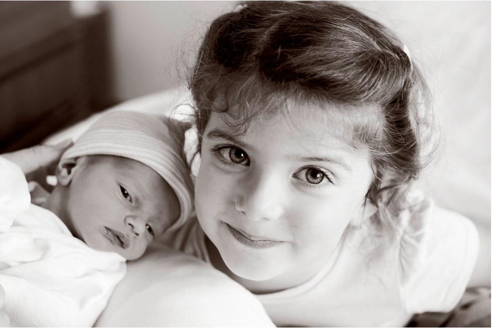 Ilyen, amikor először pillantja meg a kisgyerek a testvérét - KÉPEK