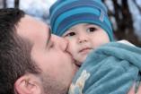 Megható fotó: így gondoskodik beteg kisfiáról egy apuka