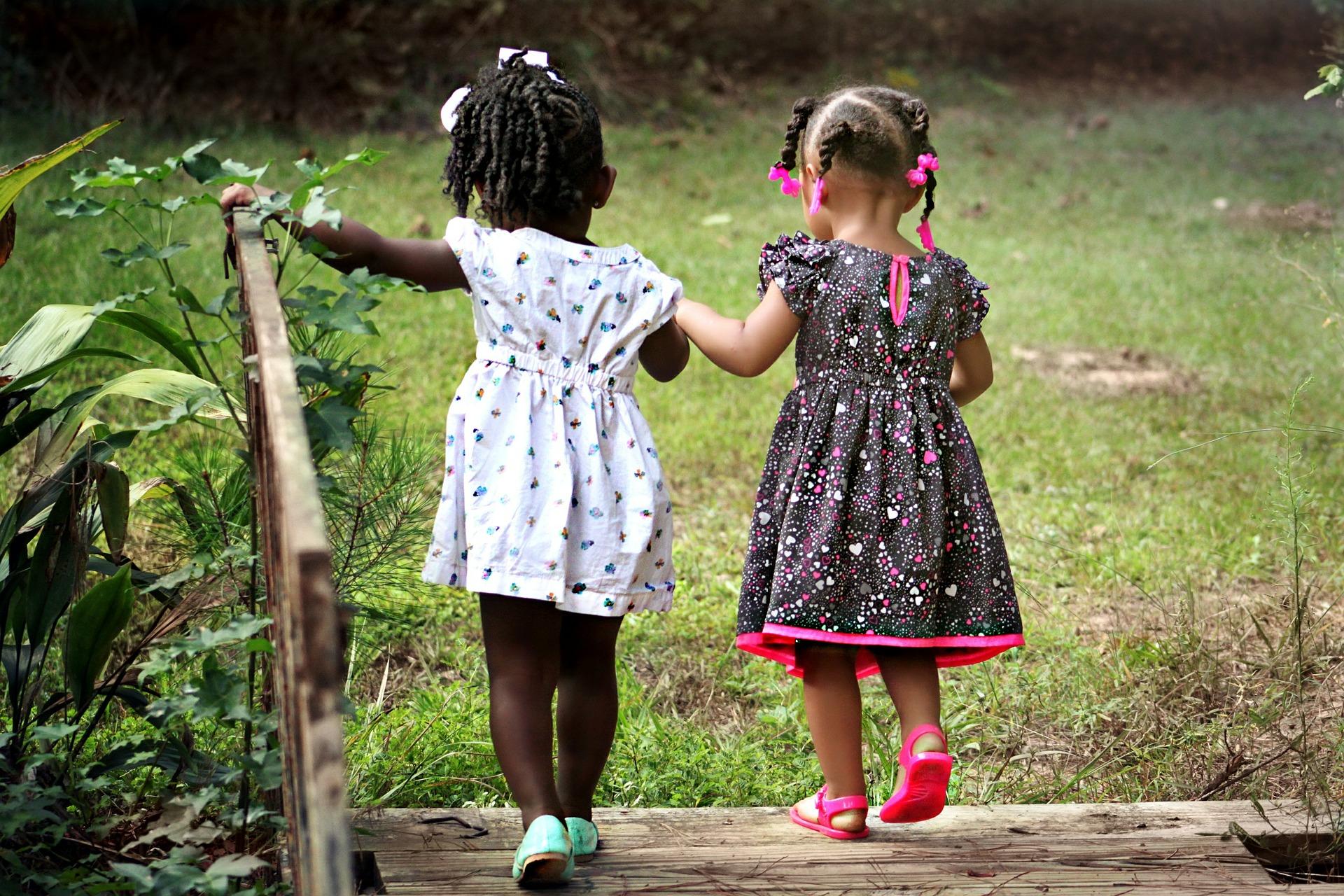 fiatal ében lányok