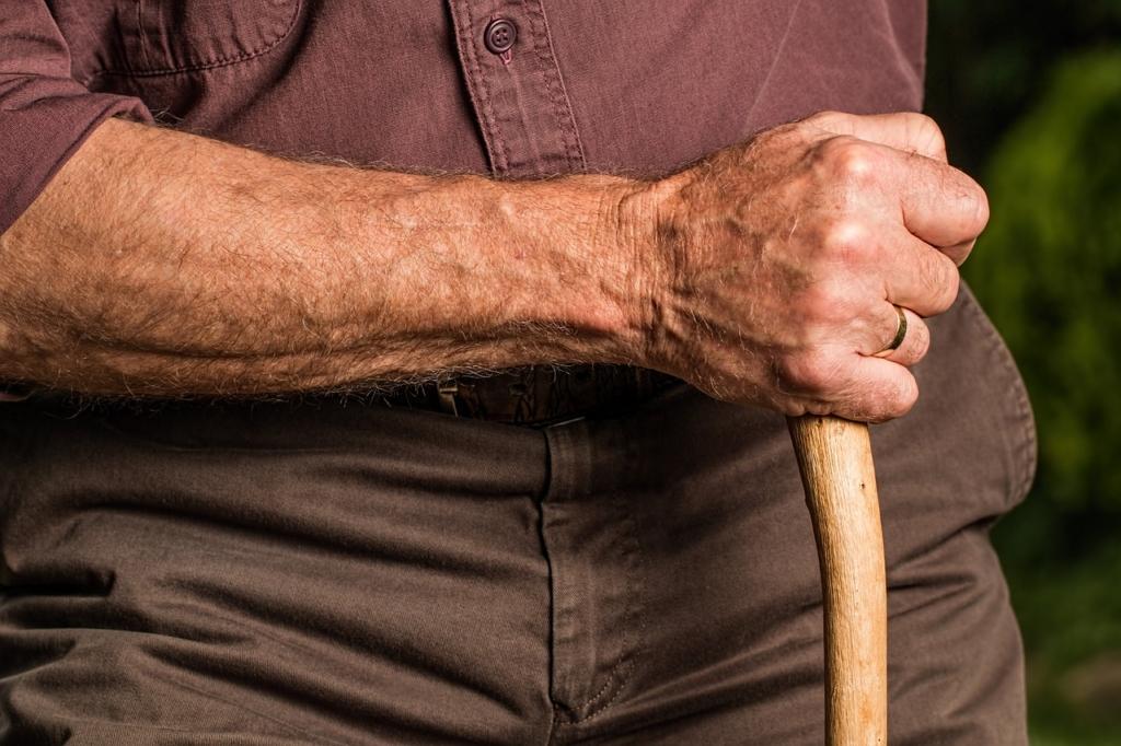 Vészjelző karperec és internetkapcsolat védi az időseket