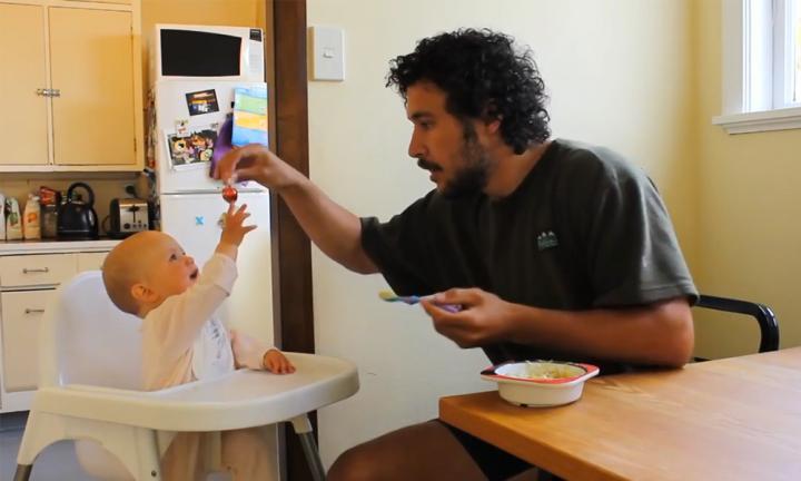 Egy apuka oktatóvideója a babaetetésről