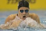 Kovács Ági olimpikon és kisfia úszni tanul