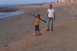 Szomorú - líbiai kisgyerek RPG-vel játszik