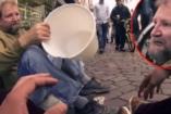 Egy férfi kölcsönkér egy vödröt egy hajléktalantól - ez történt!