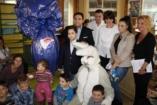 Óriás csokitojásokkal érkezett a gyermekkórházakba Mága Zoltán
