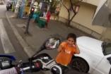 VIDEÓ: Így vidítsunk fel szegény gyerekeket az utcán motorral