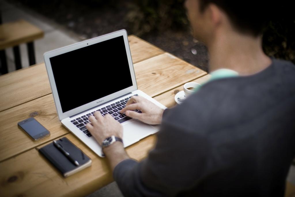 JOGI SZAKÉRTŐ: minden, amit tudnod kell a munkahely és a várandósság viszonyáról!