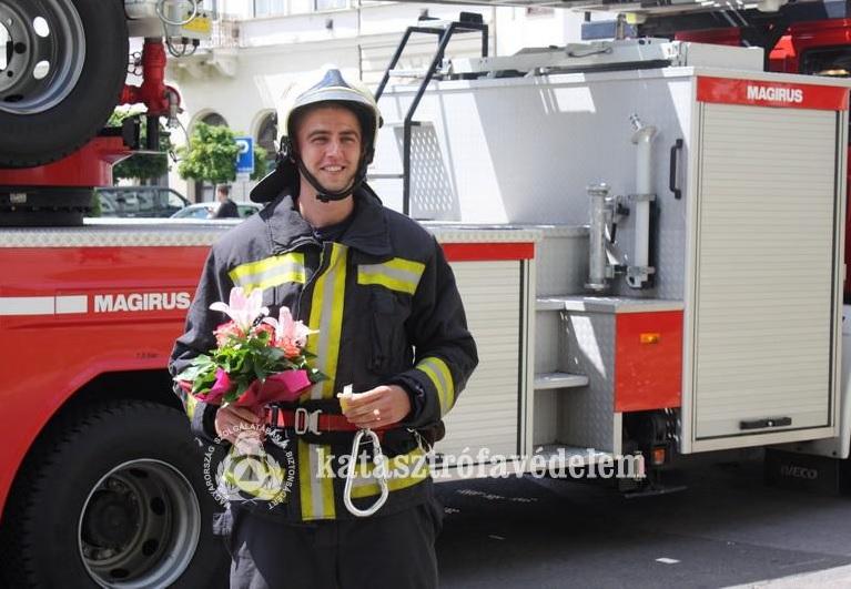 Bajtársai körében kérte meg egy tűzoltó a barátnője kezét