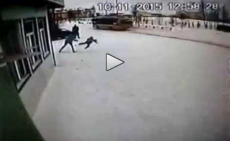 """Egy """"anya"""" brutálisan megverte, majd kihajította a fiát az üzletből"""
