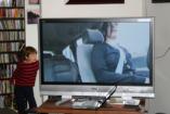 Akár fizikai sérülést is okozhat a televízió - így óvja gyerekét!