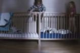Mi történik két szomszédos rácsos ágyban, ha nincsenek bent a szülők?