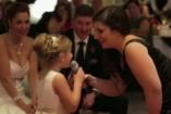VIDEÓ: Anya és lánya éneklik a Jégvarázs betétdalát egy esküvőn