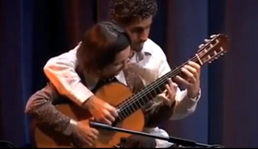 Döbbenetes: ketten egy gitáron! VIDEÓ