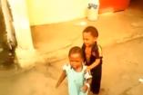 VIDEÓ: Mitől védi így testvéreit ez a kisfiú?