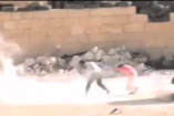 DÖBBENETES VIDEÓ: Élete kockáztatásával ment meg egy kisfiú egy kislányt, miközben lőnek rájuk