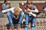 Kitiltják a francia iskolákból a mobiltelefonokat
