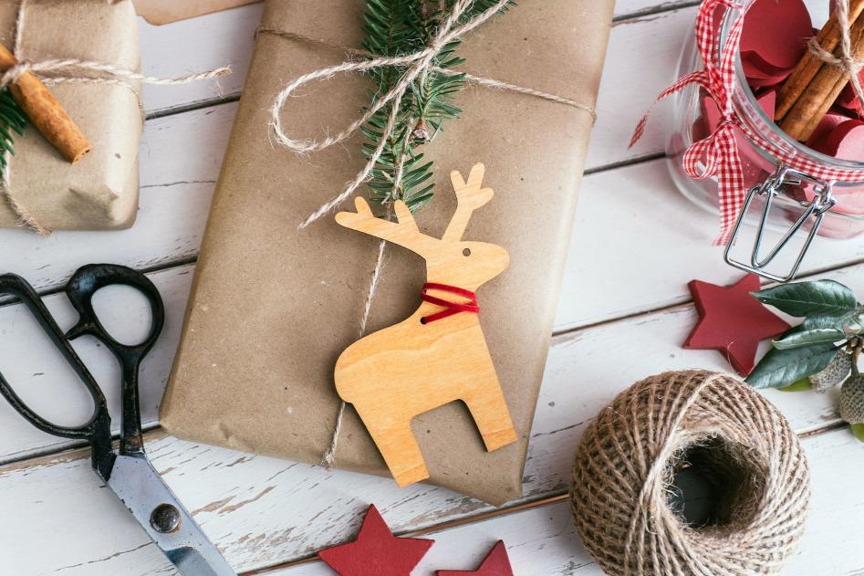 Házilag készített üdvözlőkártyával még személyesebb lehet az ajándék. Forrás: Origo