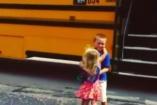 A kislány, aki minden nap kimegy a bátyja elé a buszmegállóba