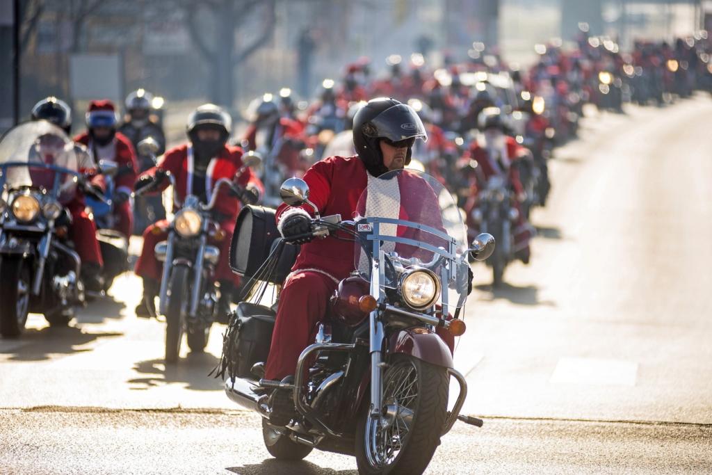 Nyíregyháza, 2016. december 4. Résztvevõk a Nyír1 Bikers Egyesület motoros Mikulás-felvonulásán Nyíregyházán 2016. december 4-én. MTI Fotó: Balázs Attila