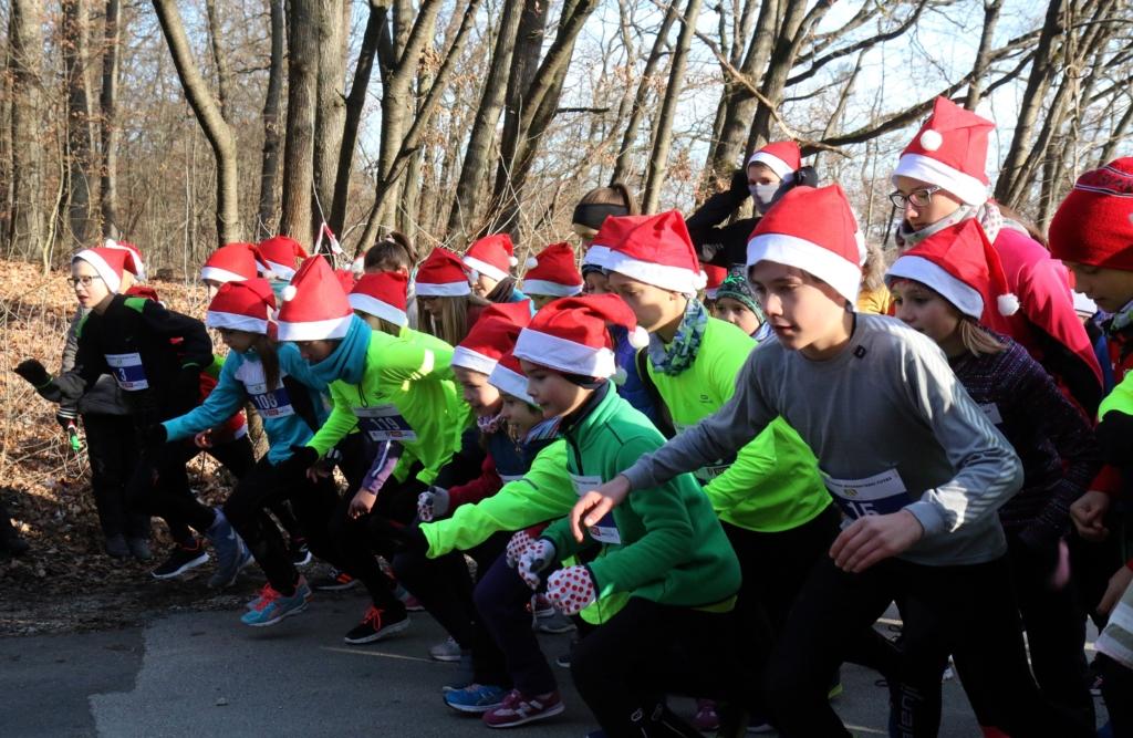 Miskolc, 2016. december 4. Résztvevõk a rajtnál a Nomád Sport Alapítvány miskolci jótékonysági Mikulás-futásán 2016. december 4-én. MTI Fotó: Vajda János