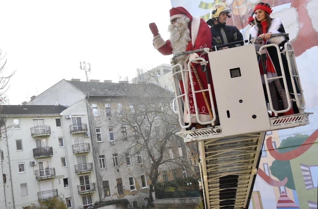 Budapest, 2016. december 6. Emelõkosaras tûzoltóautóval érkezik a Mikulás a fõvárosi Semmelweis Egyetem Tûzoltó utcai II. sz. Gyermekgyógyászati Klinika Mikulás-napi ünnepségére 2016. december 5-én. MTI Fotó: Illyés Tibor