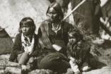 Jó amerikaiak vagyunk! Megmentjük szegény kis indiánokat!