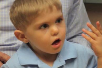 Először hallja édesapja hangját a süketnéma kisfiú!