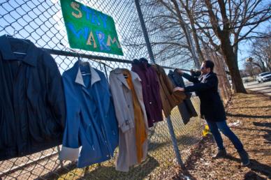 Meleg kabátok képében mutatkozik meg az emberség
