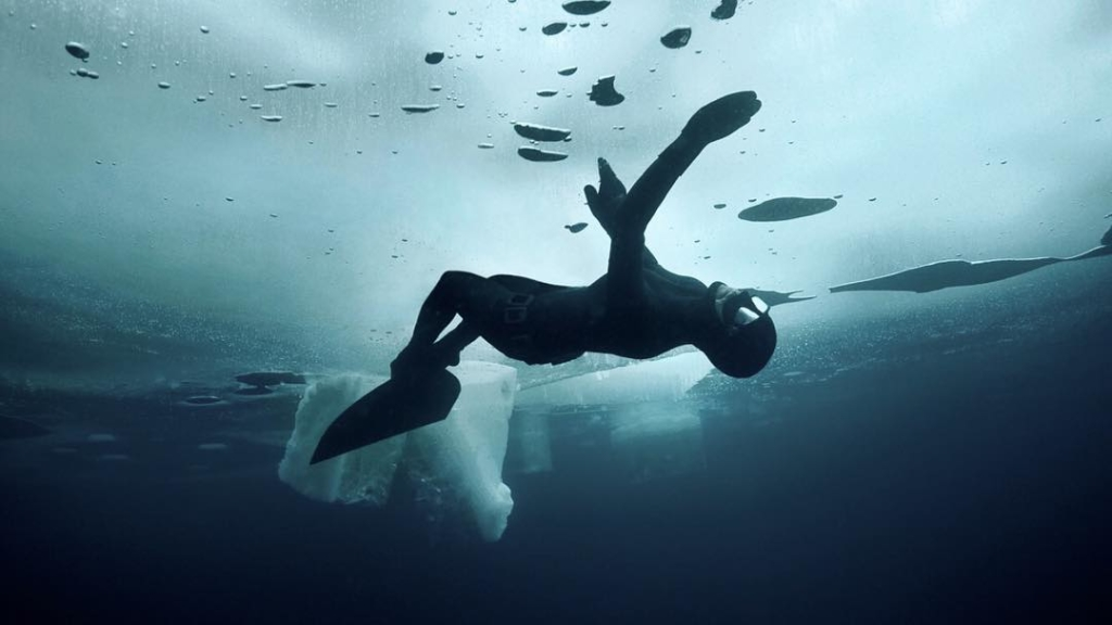 Döbbenetes: percekig bírja a fagyos víz alatt ez a női búvár!