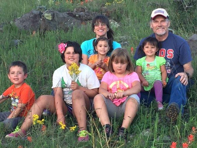 Öt testvért fogadott örökbe egy házaspár, hogy a gyerekeknek ne kelljen elszakadniuk egymástól!
