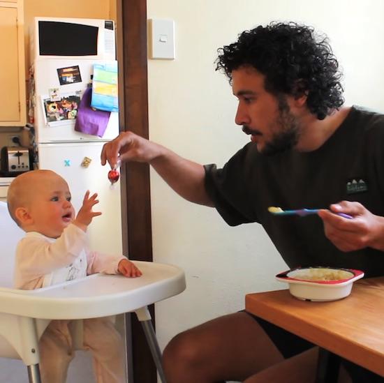 Oktatóvideó: variációk babaetetésre
