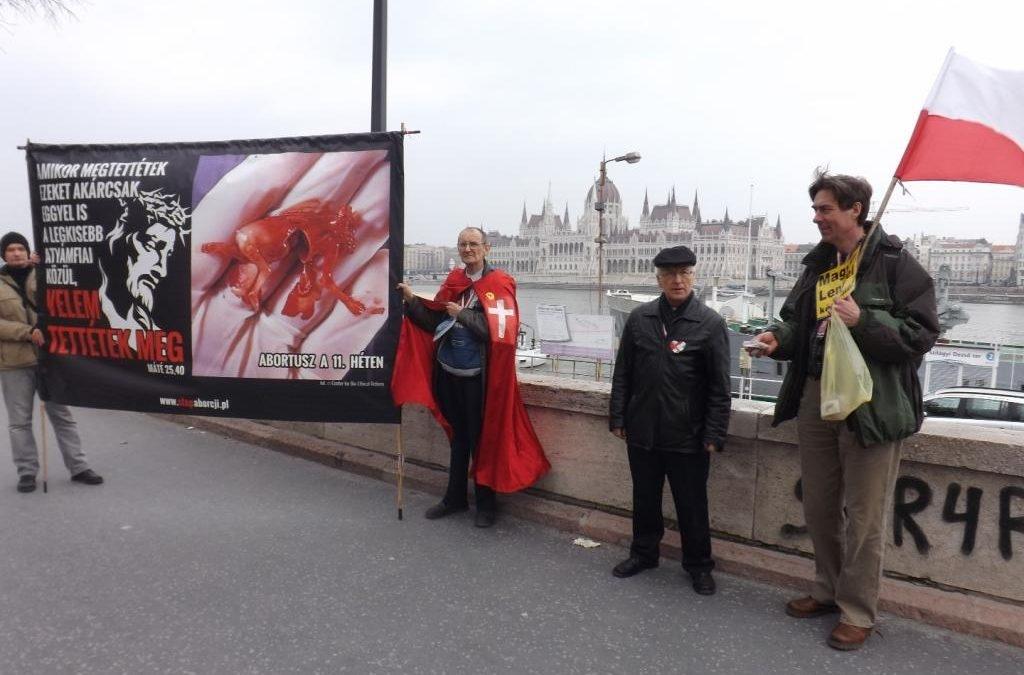 Ilyen sokkoló plakáttal jöttek a lengyelek a nemzeti ünnepre