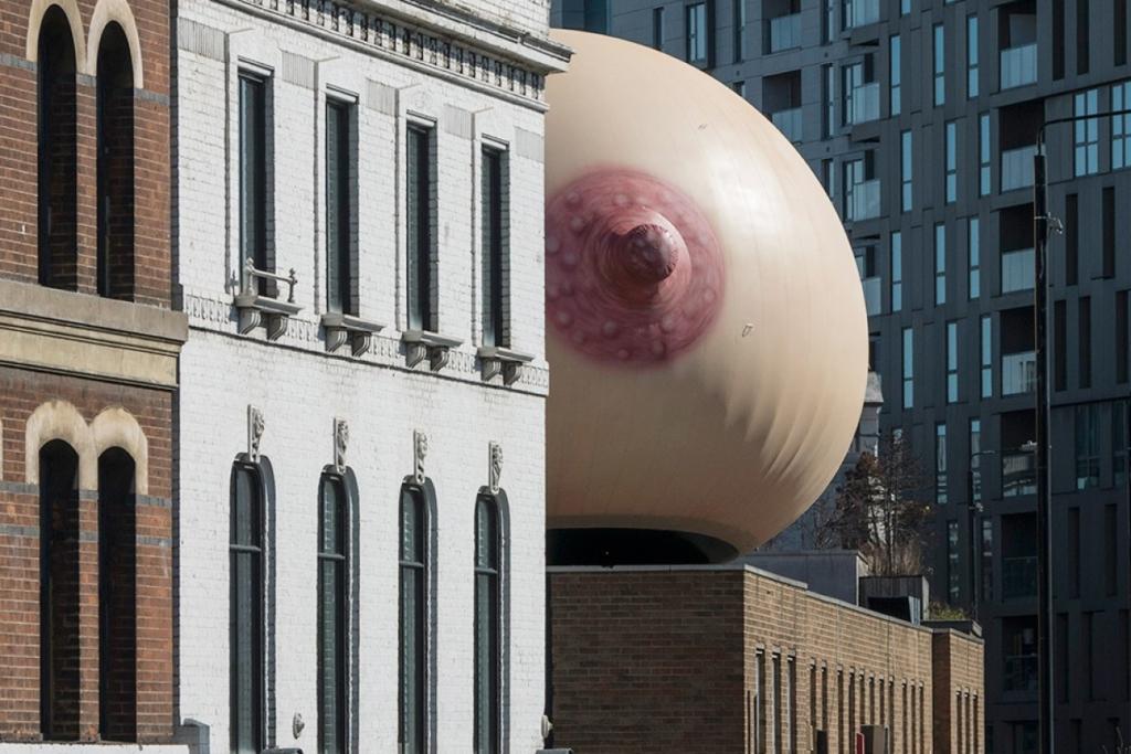 Óriási mell egy háztetőn - Londonban így kampányolnak a szabad szoptatásért!
