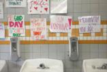 A lányvécé, ahol tükrök helyett önbizalomerősítő mondatok vannak a falon