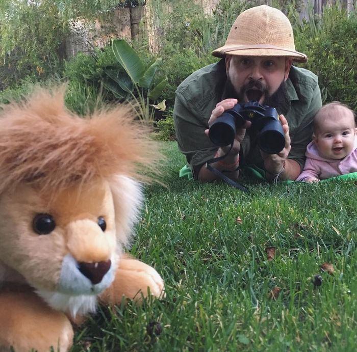 A kislányával pózoló apáért rajong az internet