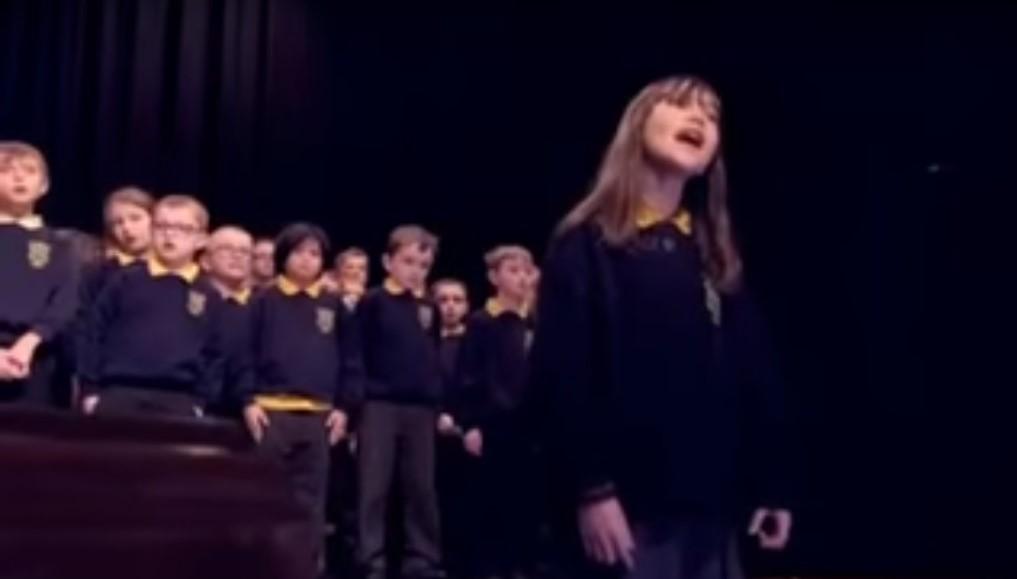Beleborzong az ember, ahogy hallgatja - Így énekel a tízéves autista kislány